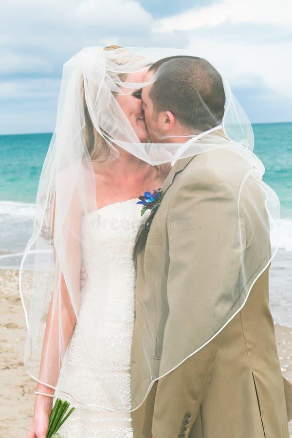 Mariage de plage : Mariée et marié image libre de droits