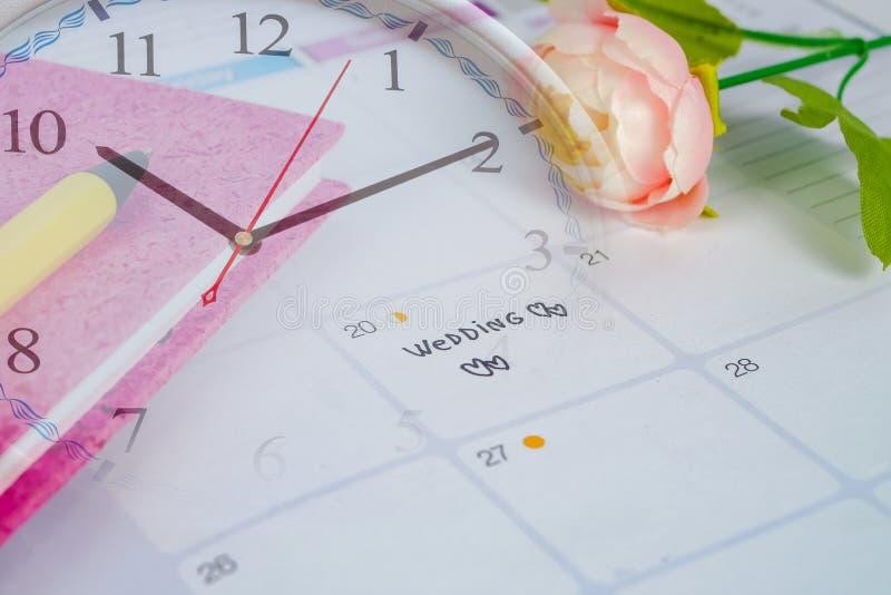 Mariage de Word au jour du mariage de rappel dans la planification et le stylo de calendrier images stock