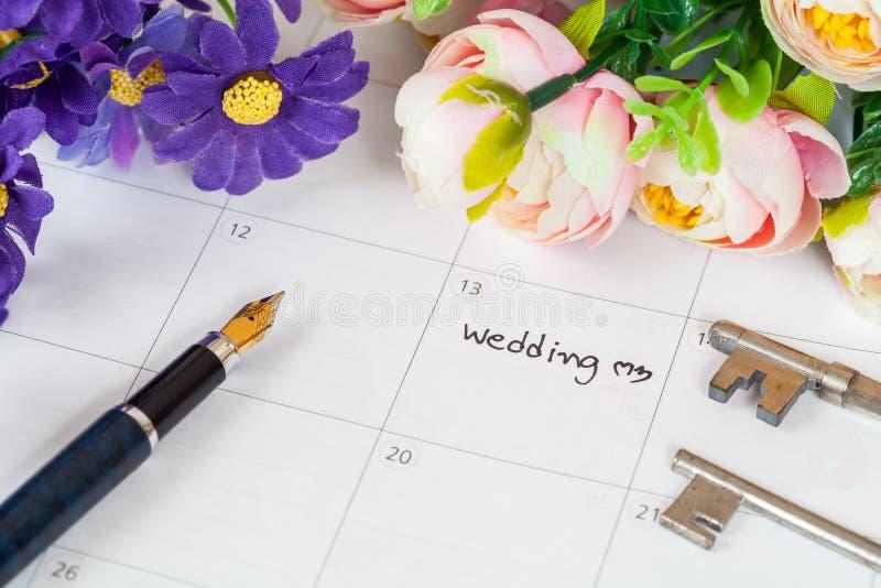 Mariage de Word sur le calendrier avec les fleurs douces photographie stock libre de droits