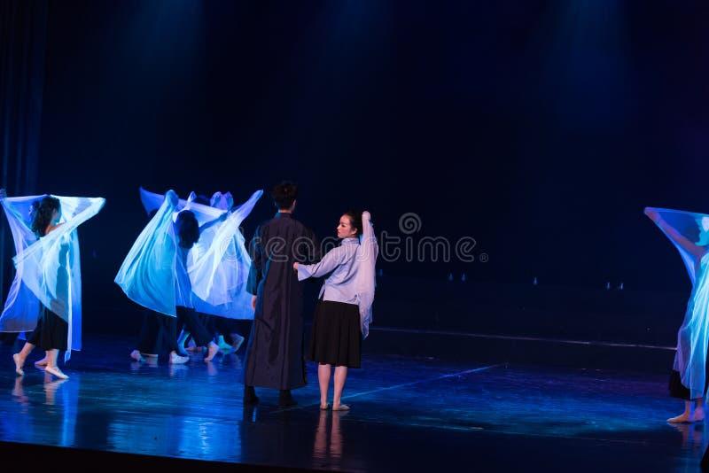 Mariage en périodes préoccupées 6--Âne de drame de danse obtenir l'eau image libre de droits