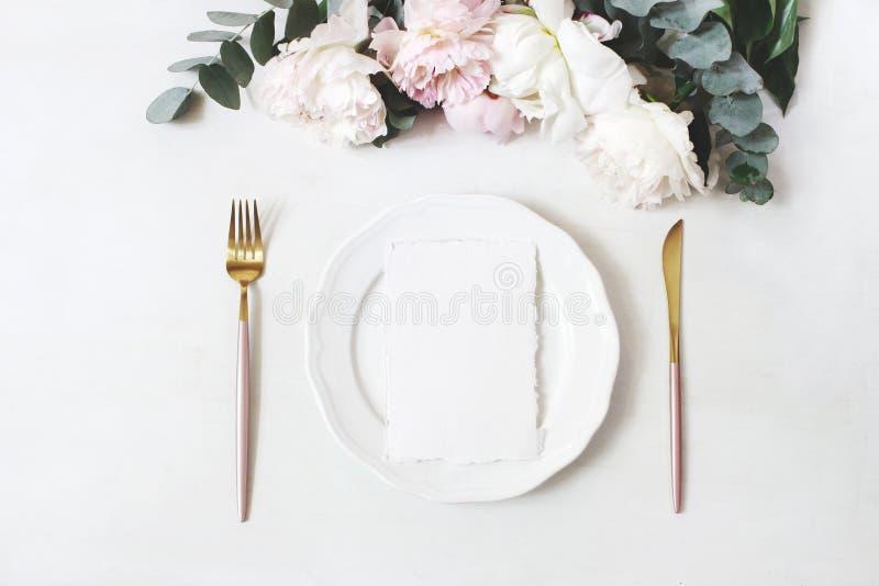 Mariage f?minin, sc?ne de bureau de maquette d'anniversaire Plat de porcelaine, cartes de voeux vierges de papier de coton, couve images libres de droits