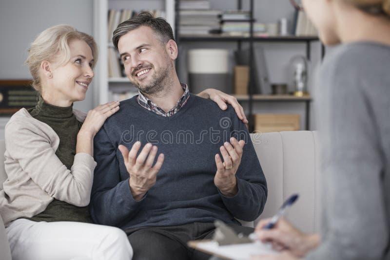 Mariage heureux avec le thérapeute photographie stock libre de droits