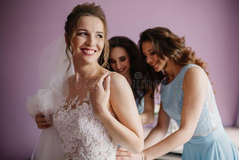Mariage heureux et jeune mariée au concept de jour du mariage photo stock