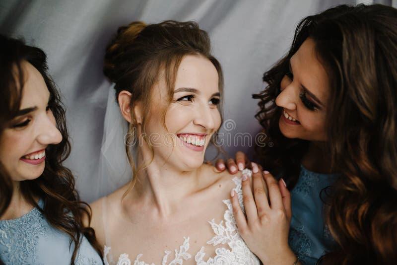Mariage heureux et jeune mariée au concept de jour du mariage photos libres de droits