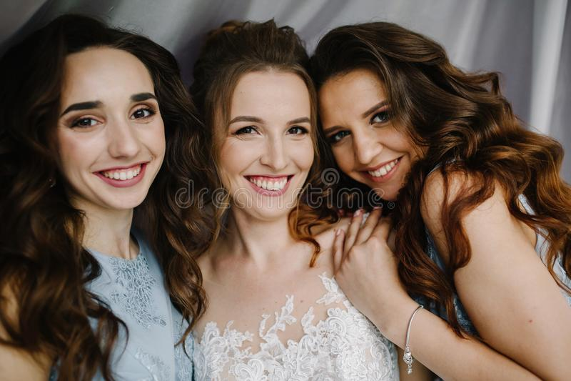 Mariage heureux et jeune mariée au concept de jour du mariage photo libre de droits
