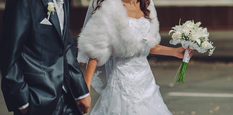 Mariage heureux, jeunes mariés ensemble photos stock