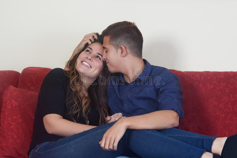 Mariage heureux sur le divan rouge image libre de droits