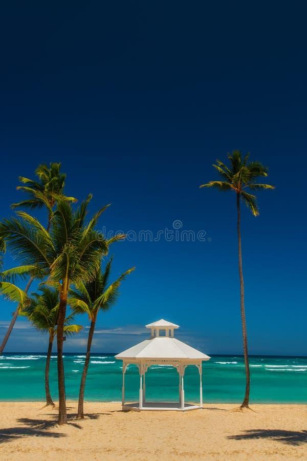 Mariage installé ou autel sur l'île tropicale image libre de droits