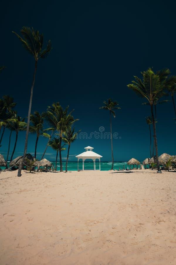 Mariage installé ou autel sur l'île tropicale images libres de droits