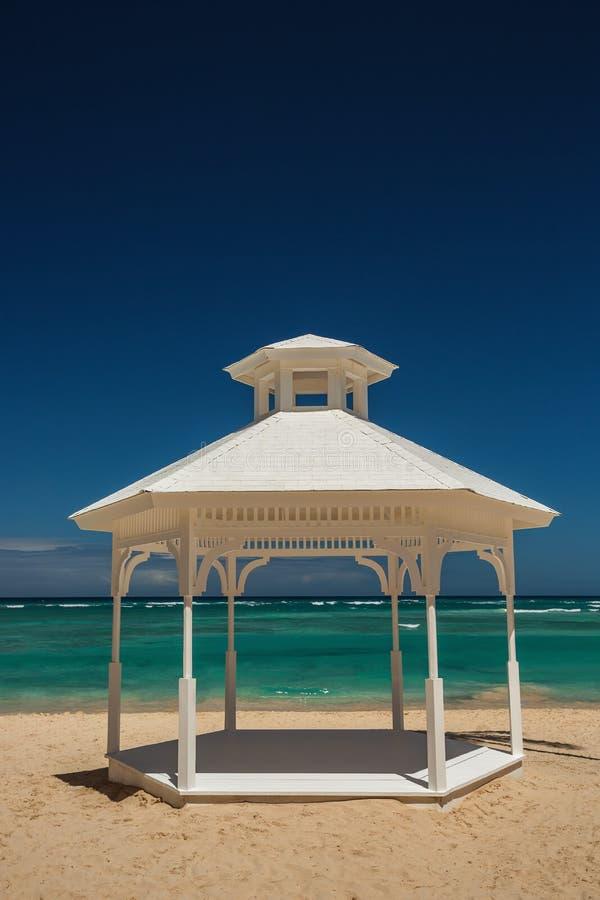 Mariage installé ou autel sur l'île tropicale photos stock