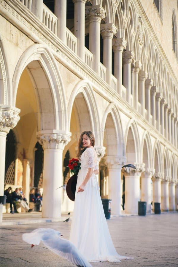 mariage La jeune jeune mariée européenne marche à Venise l'Italie photo stock
