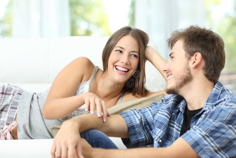 Mariage ou couples flirtant à la maison image stock