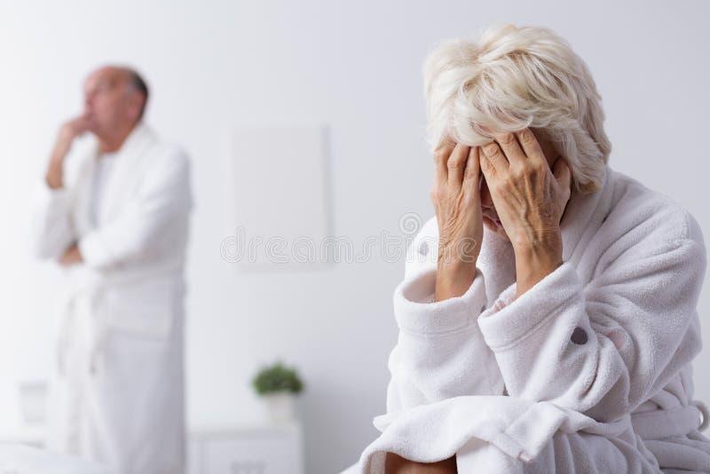 Mariage plus âgé pensant au divorce photo stock