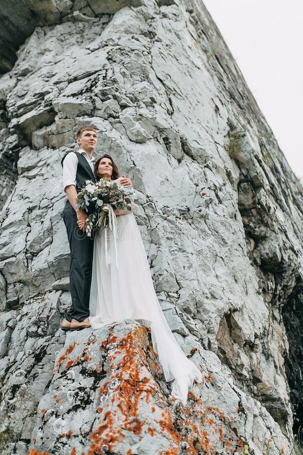 Mariage rêveur en montagnes image stock