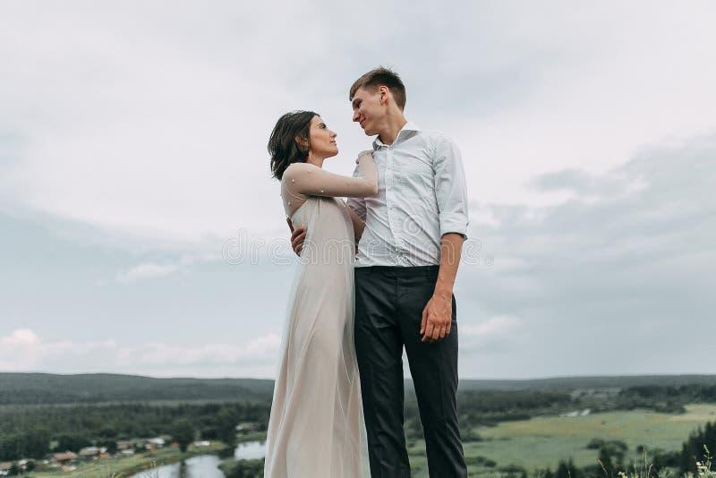 Mariage rêveur en montagnes photos stock