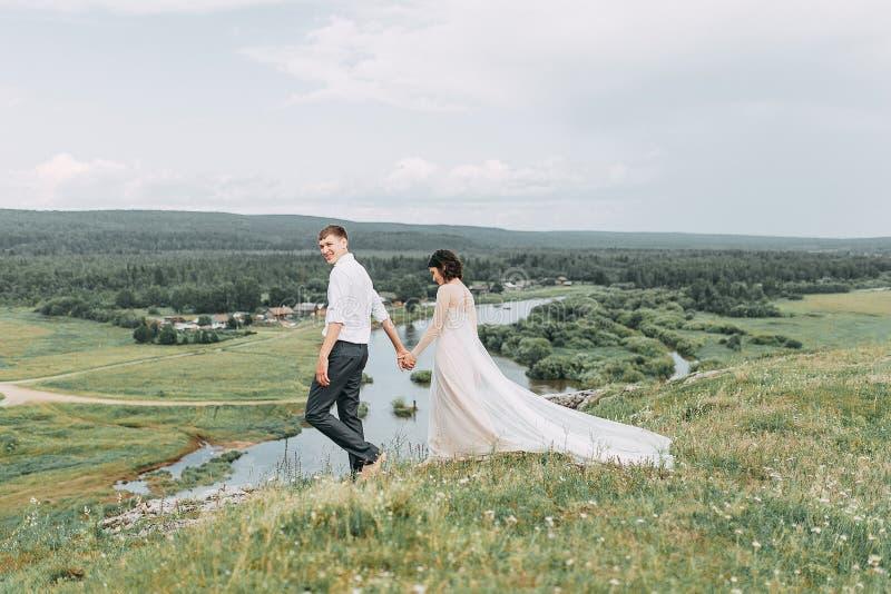Mariage rêveur en montagnes photo stock