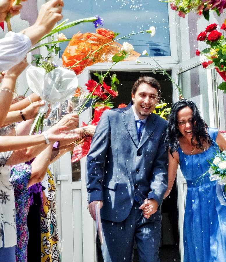 Mariage - riz et fleurs d'épouse de mari photos stock