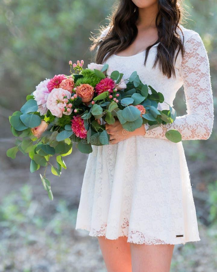 Mariage romantique de Bohême photo de détails sur la mariée aux fleurs image libre de droits