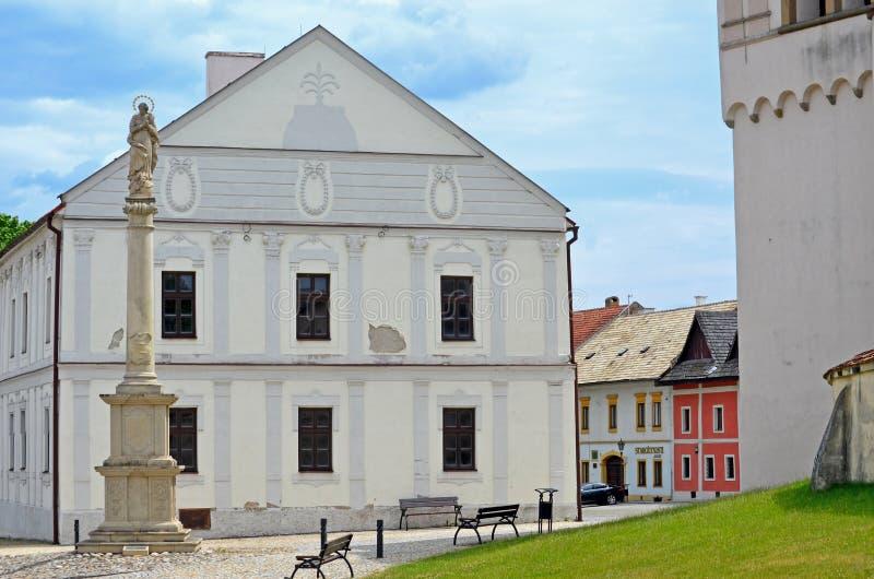 Marian Column e câmara municipal do Renascimento-estilo em Spisska Sobota, Eslováquia foto de stock royalty free