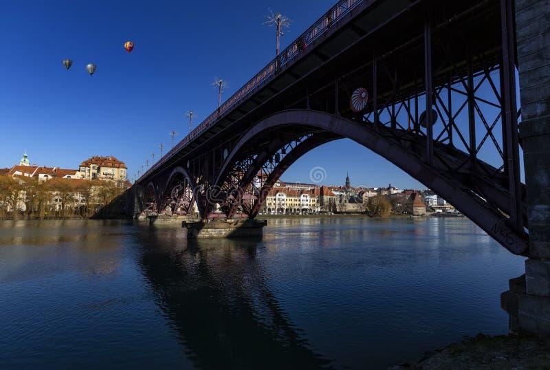 Maribor, Eslovenia - 2 de enero de 2020: Río Drava, reflejo del cielo y puente El puente principal a través del río Drava en Mari foto de archivo