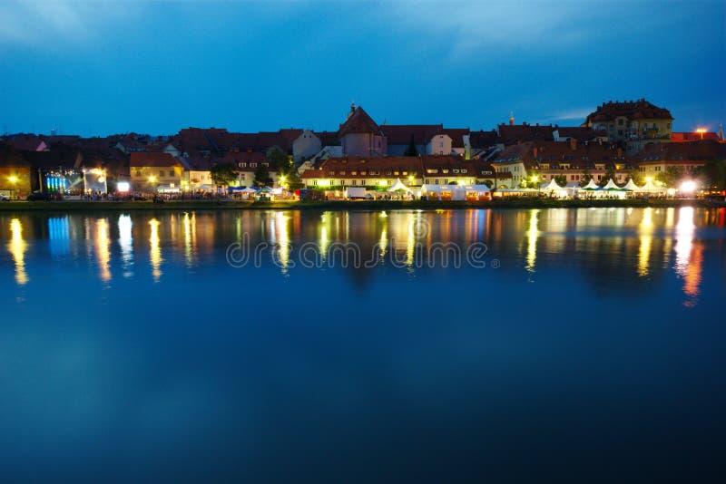 Maribor, festivalfastlagen och Drava flod royaltyfri fotografi
