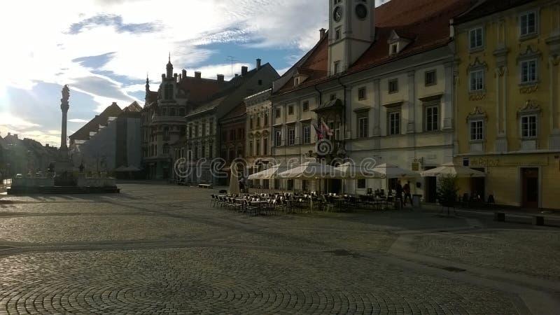 Maribor fyrkant med stället för kaffe royaltyfri bild