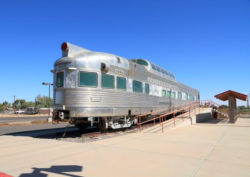 Maricopa, Arizona: Uitzicht-koepel Bus van het Zefier van Californië bij Amtrak-Post stock foto