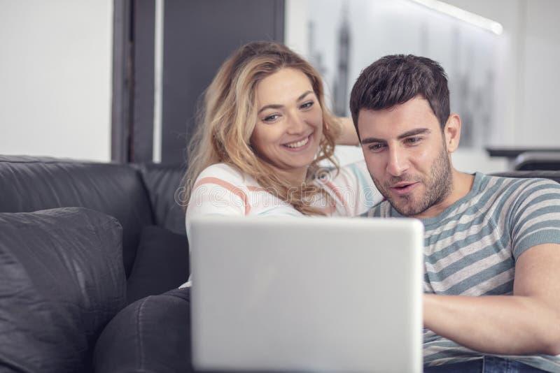 Marido alegre y esposa que se relajan en casa imagen de archivo libre de regalías
