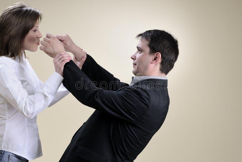 Marido branco que tenta fechar sua boca da esposa fotografia de stock