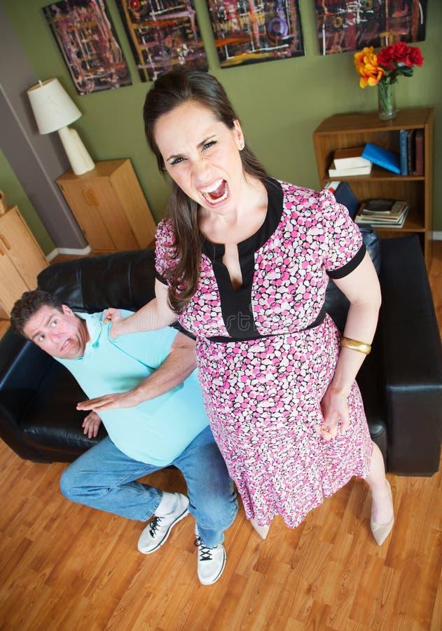 Marido de agarramento da mulher irritada imagens de stock royalty free