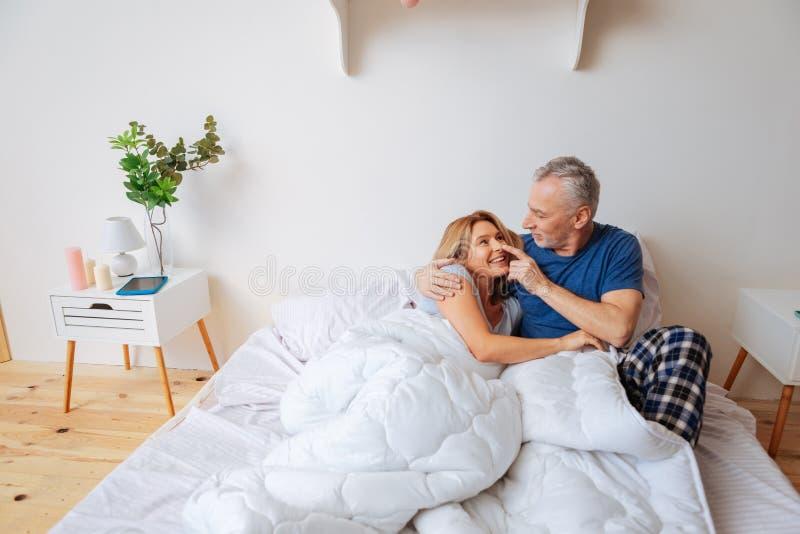 Marido de inquietação de amor que toca no nariz de sua esposa bonito bonita imagens de stock