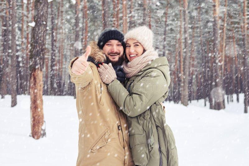 Marido do elogio que mostra o polegar acima e a esposa dos abraços sobre imagens fotos de stock royalty free