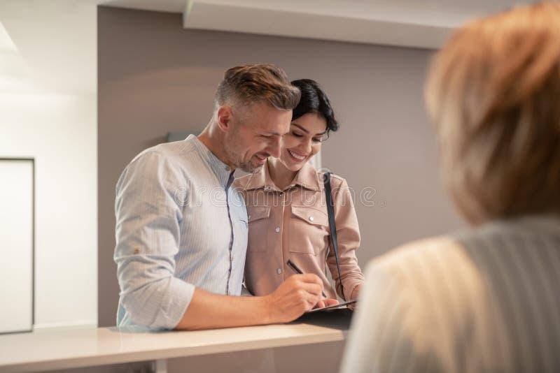 Marido e esposa bonitos ao vir ao psicólogo fotografia de stock