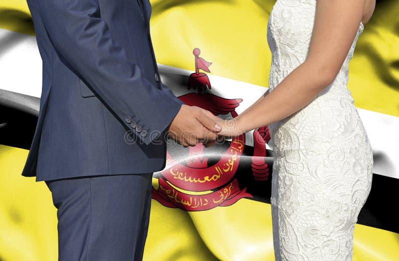 Marido e esposa que guardam as m?os - fotografia conceptual da uni?o em Brunei Darussalam fotos de stock royalty free