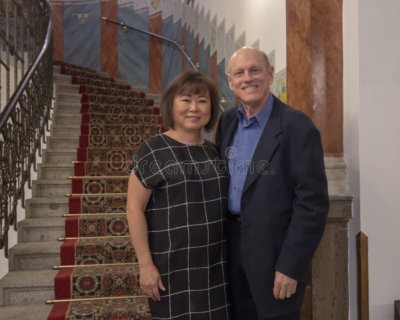 Marido e esposa que vacationing em Praga, capital de República Checa fotografia de stock