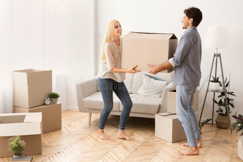 Marido E Esposa Sorrindo Levando A Caixa Para Um Novo Plana foto de stock royalty free