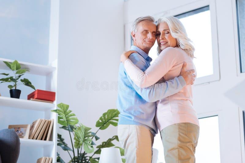 Marido emocional e esposa superiores que apreciam a dança romântica foto de stock royalty free