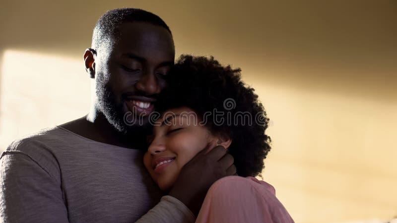 Marido que abraza a la esposa, conexión de la familia, relaciones armoniosas, entendiendo fotos de archivo libres de regalías