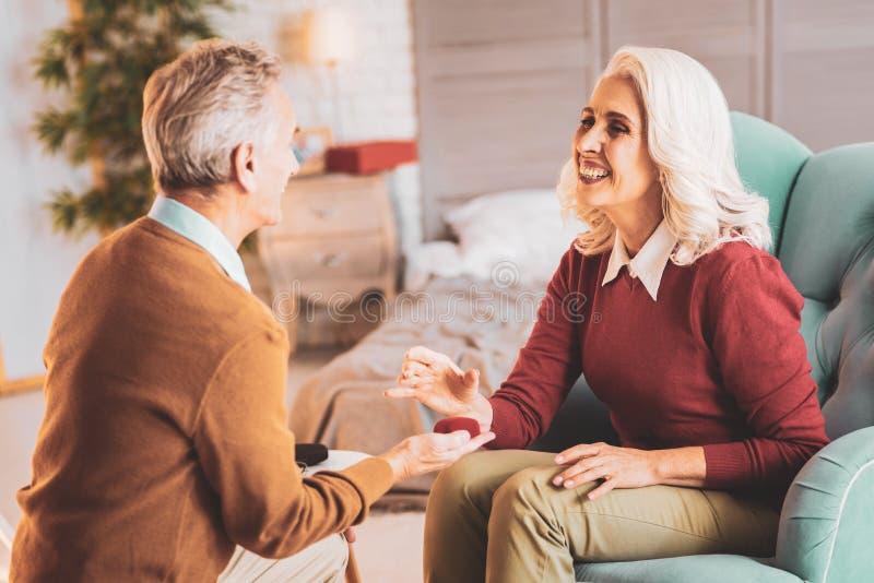 Marido que cuida que presenta el anillo a su esposa sonriente fotos de archivo libres de regalías