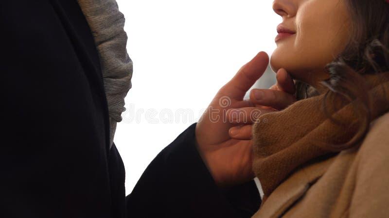 Marido que cuida que toca su cara de la esposa, fecha romántica al aire libre en otoño caliente fotografía de archivo