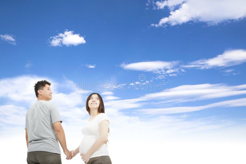Marido que prende a mão grávida da esposa imagens de stock
