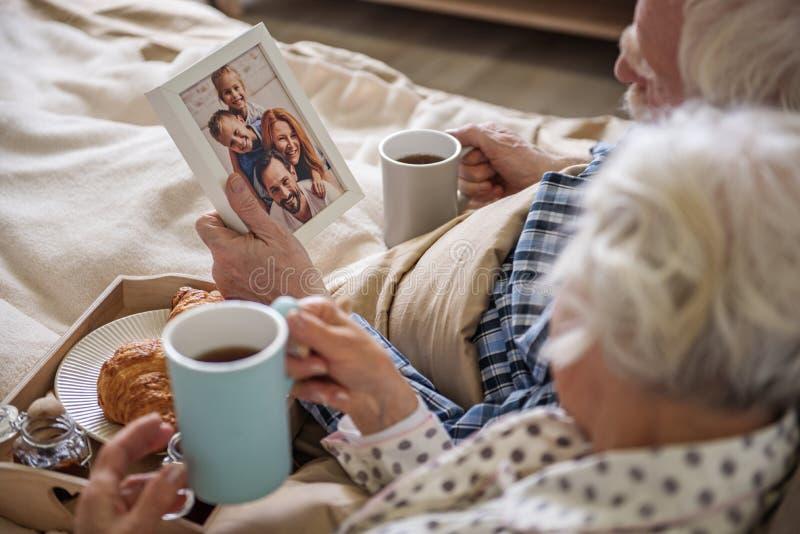 Marido tranquilo y esposa mayores que tienen resto imagen de archivo libre de regalías