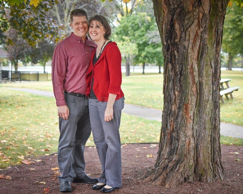 Marido y esposa debajo de un árbol imagenes de archivo