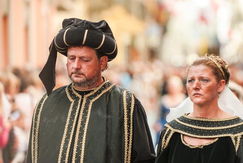 Marido y esposa en el desfile medieval histórico foto de archivo libre de regalías