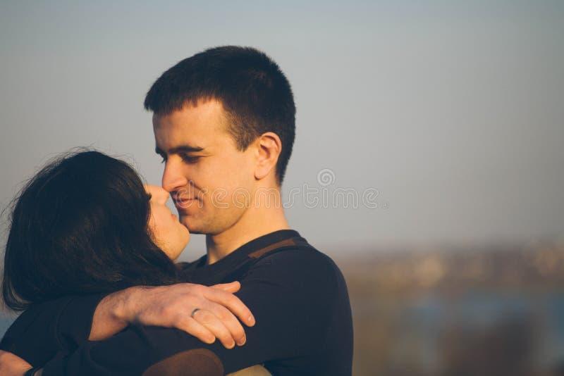 Marido y esposa en la naturaleza, primavera temprana Pares felices el vacaciones Los amantes están riendo Individuo y muchacha gó imágenes de archivo libres de regalías