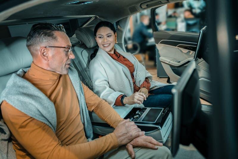 Marido y esposa que intentan un nuevo coche fotografía de archivo libre de regalías