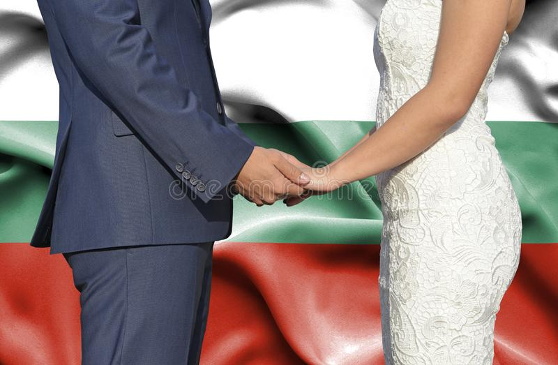 Marido y esposa que llevan a cabo las manos - fotografía conceptual del matrimonio en Bulgaria imagenes de archivo