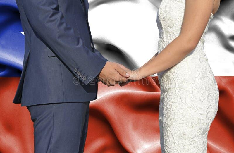 Marido y esposa que llevan a cabo las manos - fotografía conceptual del matrimonio en Chile fotos de archivo