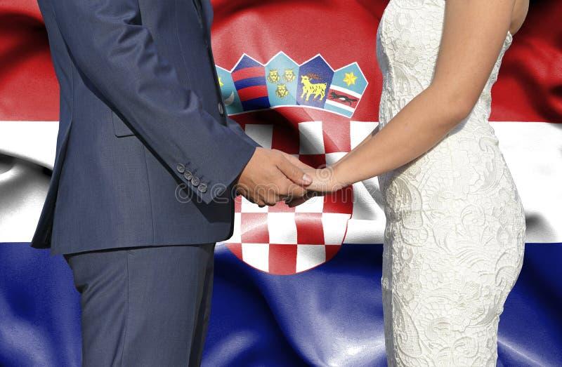 Marido y esposa que llevan a cabo las manos - fotografía conceptual del matrimonio en Croacia imagen de archivo