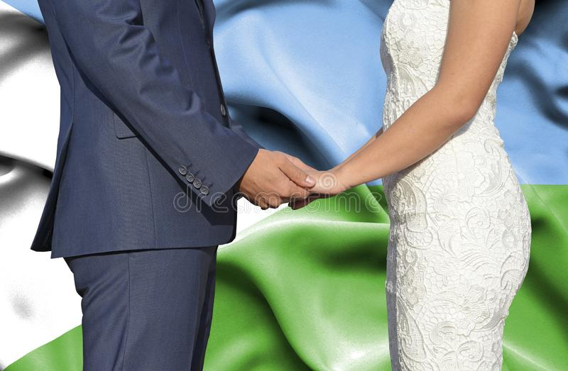 Marido y esposa que llevan a cabo las manos - fotografía conceptual del matrimonio en Dijbouti imagen de archivo